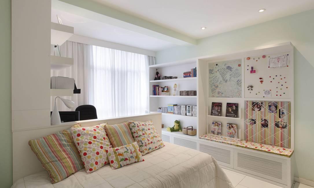 Projeto das arquitetas Juliana Neves, Mabel Graham Bell e Luciana Nasajon, da A3 Interiores, transforma o fundo da estante num mural de fotos divertido Divulgação / Arquivo O Globo