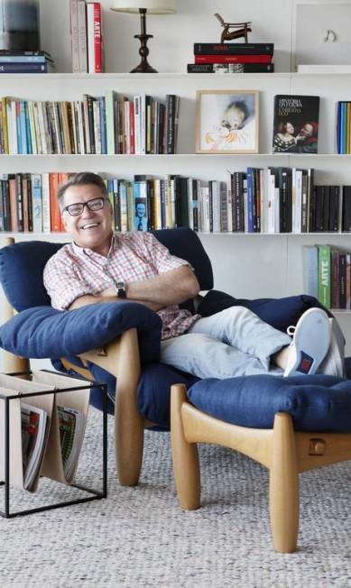 O empresário João caetano na poltrona com banqueta Mole, assinada por Sergio Rodrigues (estofadas em linho estonado azul marinho) Divulgação