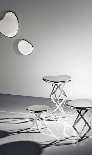Mesas da série The X Tables, de bronze banhado em prata. Os tampos viram bandeja Marcelo Trad / Divulgação