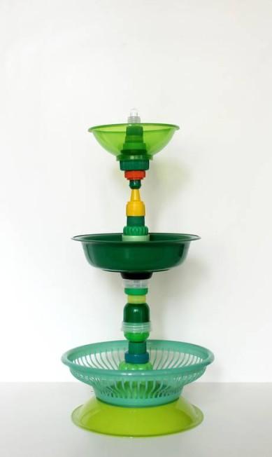 Abajur da coleção Multiplástica doméstica, reunião de peças de plástico comuns que viraram peça de luxo Divulgação