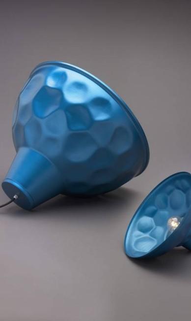 Detalhe das luminárias azuis da Batucada Divulgação