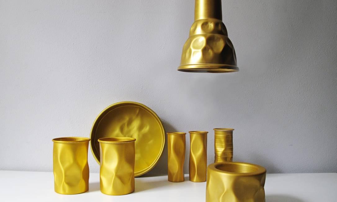 Coleção Batucada: Peças inspiradas nos instrumentos do carnaval. Ferro amassado em jarros, luminárias, copos, bandejas Divulgação
