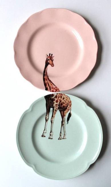 A artista plástica Yvonne Ellen vende diversos pratos com desenhos de bichos no site Etsy. São sempre duas peças que se completam. O da girafa custa R$ 137,28 Divulgação