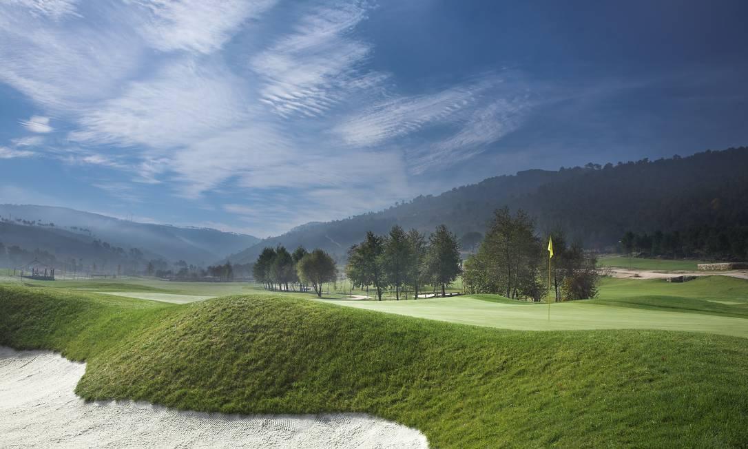 Campo de golfe com 18 buracos em um gramadão com colinas, parques de areia e fontes Mark Alexander / Divulgação