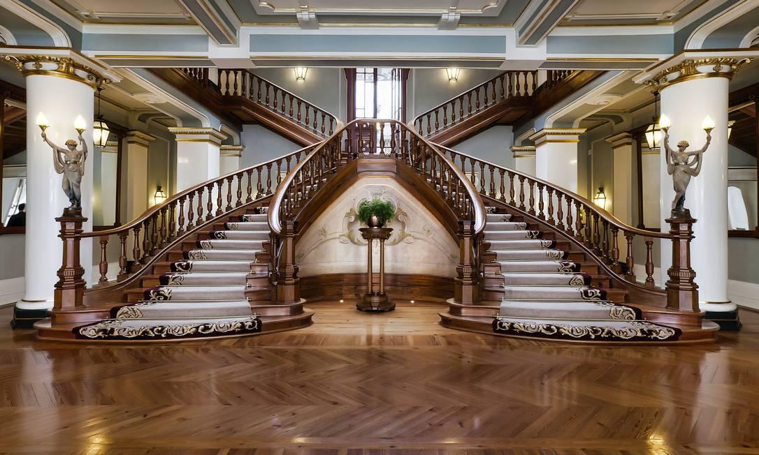 O hall de entrada do hotel, com escadaria de 1910 Bruno Barbosa / Divulgação