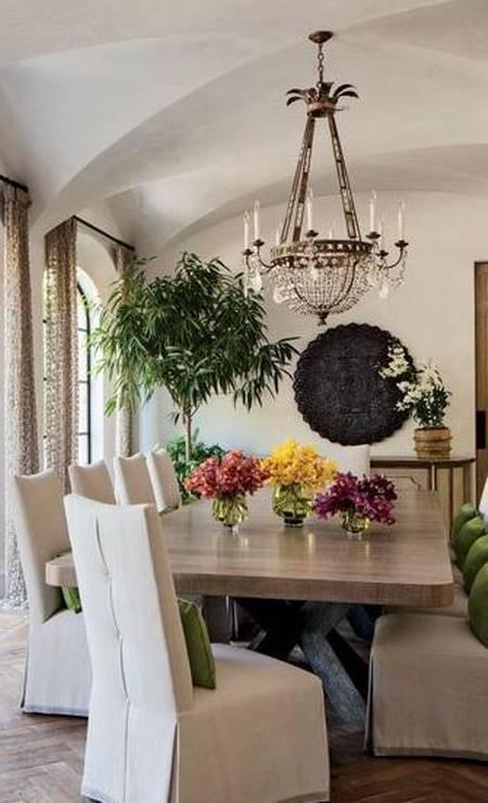 As cores foram estrategicamente trabalhadas na sala de jantar e se restrigem basicamente às plantas e flores Foto: Divulgação Architectural Digest