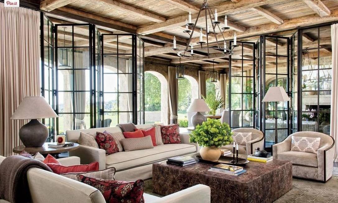 Os vidros integram a sala com o exterior da casa Foto: Divulgação Architectural Digest