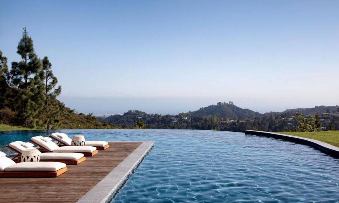 A piscina com borda infinita valoriza a vista privilegiada Foto: Divulgação Architectural Digest