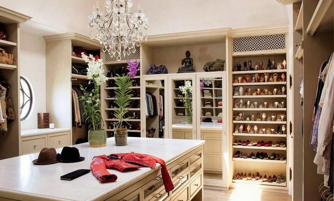 O closet é bem espaçoso, para caber todas as peças da top e do marido... Foto: Divulgação Architectural Digest