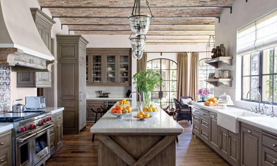 A cozinha é de fazer inveja a muito chef... Foto: Divulgação Architectural Digest
