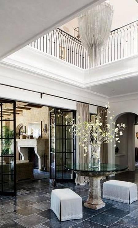 Um lustre marcante foi colocado na entrada da casa Foto: Divulgação Architectural Digest