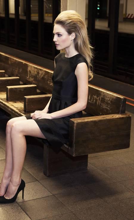 ddb0ad16936 Bonequinha de luxo  estilistas recriam o clássico vestidinho preto ...