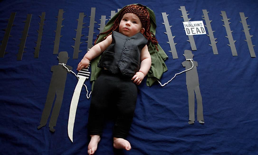 """Segundo a fotógrafa, a ideia surgiu quando ela estava visitando uma amiga e o frio as fizeram ficar o tempo todo em casa. O resultado foi se divertir com a bebê Olivia, filha da amiga de Karen. Na imagem, a baby Michonne, de """"Walking Dead"""" karenabad.tumblr.com"""