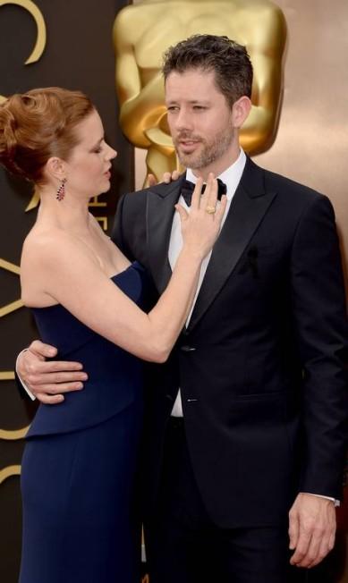 Amy Adams deu uma ajeitadinha na gravata de Darren Le Gallo Jason Merritt / AFP