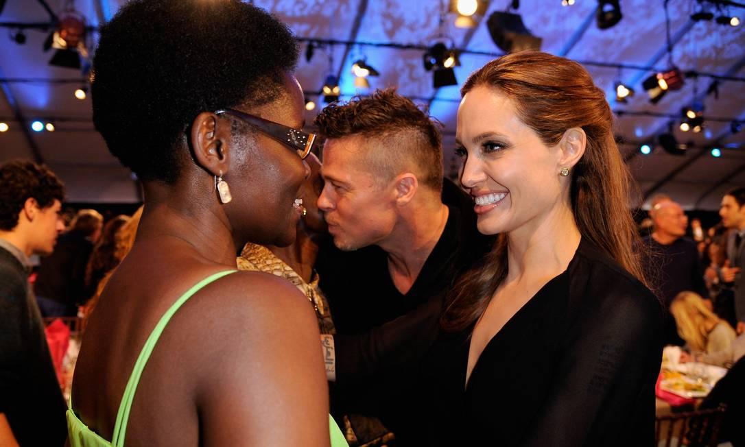 O que será que Angelina falou para a mãe de Lupita, Dorothy Nyong'o? KEVORK DJANSEZIAN / AFP
