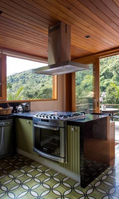 Como o dono gosta de cozinhar, foi construída uma cozinha gourmet moderna, mas com um forno a lenha e com piso de ladrilho hidráulico feito especialmente Terceiro / Divulgação