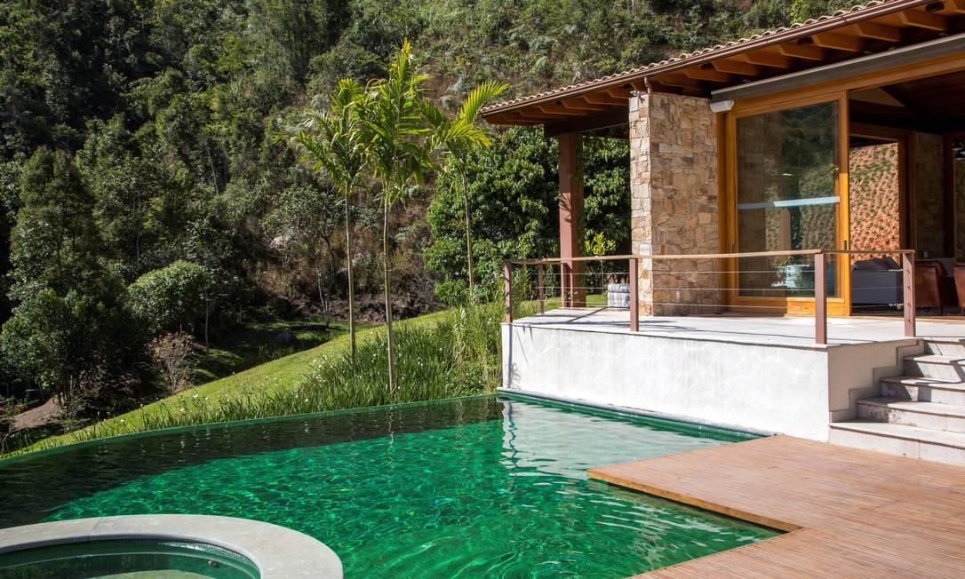 A piscina com borda infinita se integra com a paisagem Terceiro / Agência O Globo