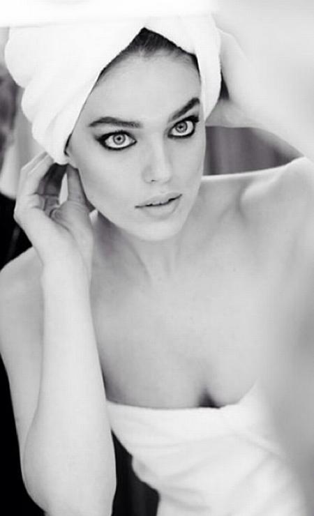 A foto com a modelo americana Emily Didonato deixaram seus olhos, marcados com lápis preto, em evidência Foto: Instagram