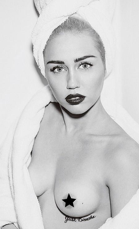 Até Miley Cyrus participou da série de fotografias. Acostumada a fazer cliques mais ousados, a cantora não teve o menor pudor ao exibir um dos seios Foto: Instagram