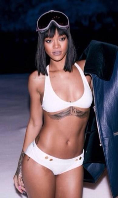 Rihanna não tem mesmo medo do frio. A cantora encarou a neve de biquíni... Reprodução Instagram