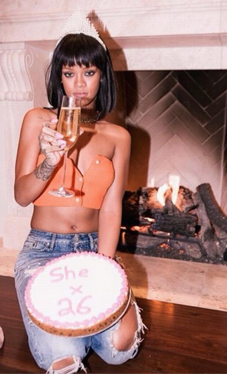 RiRi também tirou onda com uma taça de champanhe e exibiu a inscrição no bolo, com a sua nova idade, 26 anos Instagram