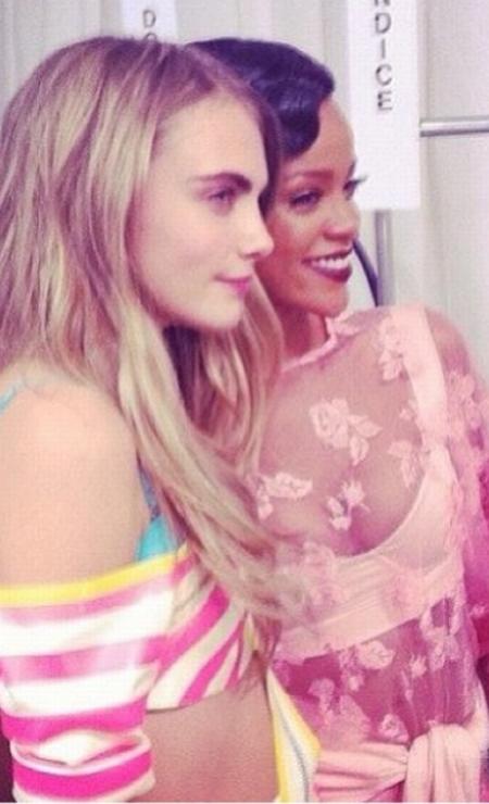 """Para homenagear a amiga, Cara Delevigne publicou uma foto sua com Rihanna no Instagram, tirada no dia em que as duas se conheceram. """"Você tem sido uma amiga incrível desde então. Você é uma mulher tão forte e inspiradora e eu tenho tanta sorte de ter você em minha vida! Te amo, bebê, e obrigada por me apoiar tanto"""", escreveu a modelo Reprodução Instagram"""
