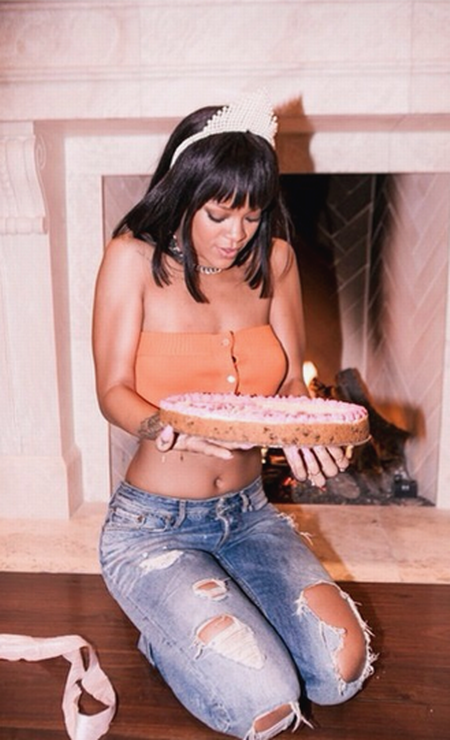 Mas não foi so chocolate que adoçou a noite da cantora de Bahamas. De barriga de fora e jeans rasgado, ela ganhou outro bolo Instagram