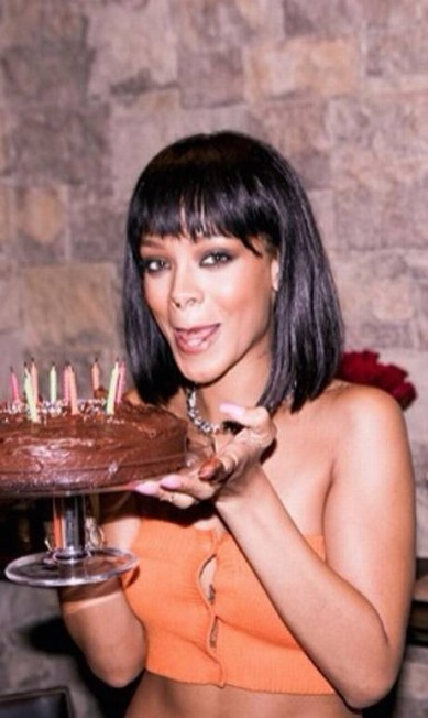 Nada melhor que um bolo de chocolate para comemorar o aniversário. Rihanna que o diga. A cantora celebrou os 26 anos com uma torta de dar água na boca Instagram