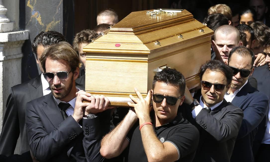 Felipe Massa, segundo à direita, leva o caixão de Jules Bianchi: piloto francês faleceu na sexta, após passar quase dez meses em coma Lionel Cionneau / AP