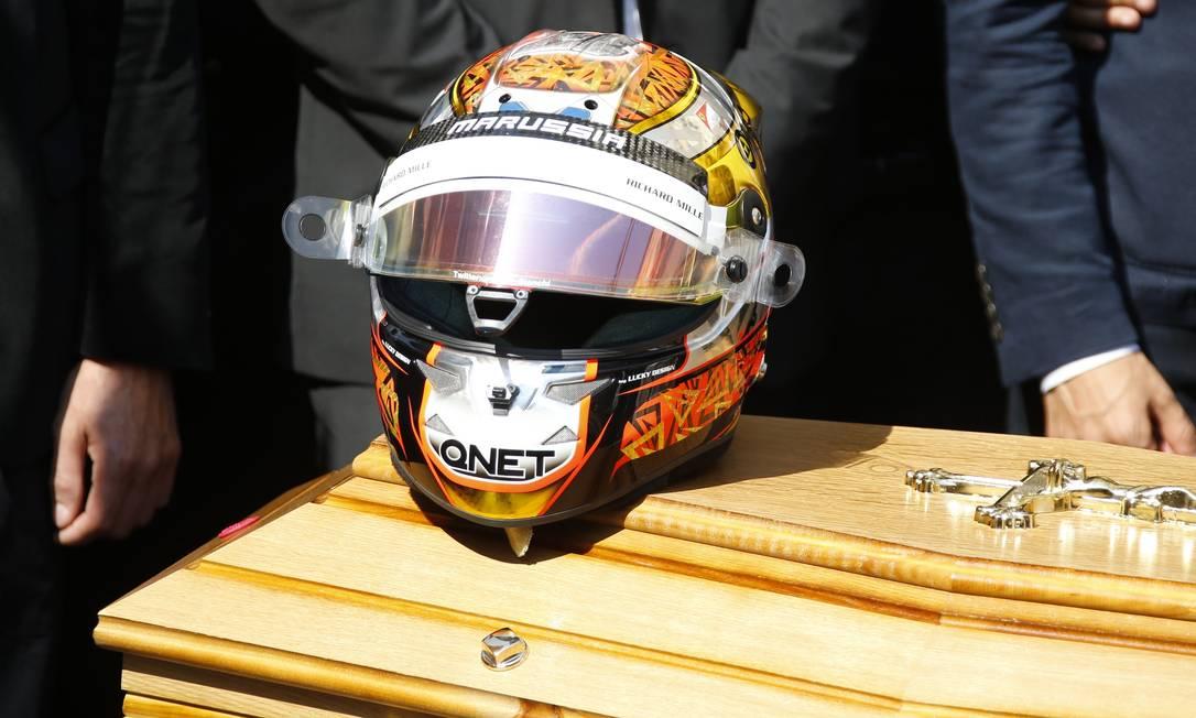 Capacete de Bianchi repousa sobre o caixão: FIA decidiu aposentar o número 17, que era usado no carro do francês VALERY HACHE / AFP