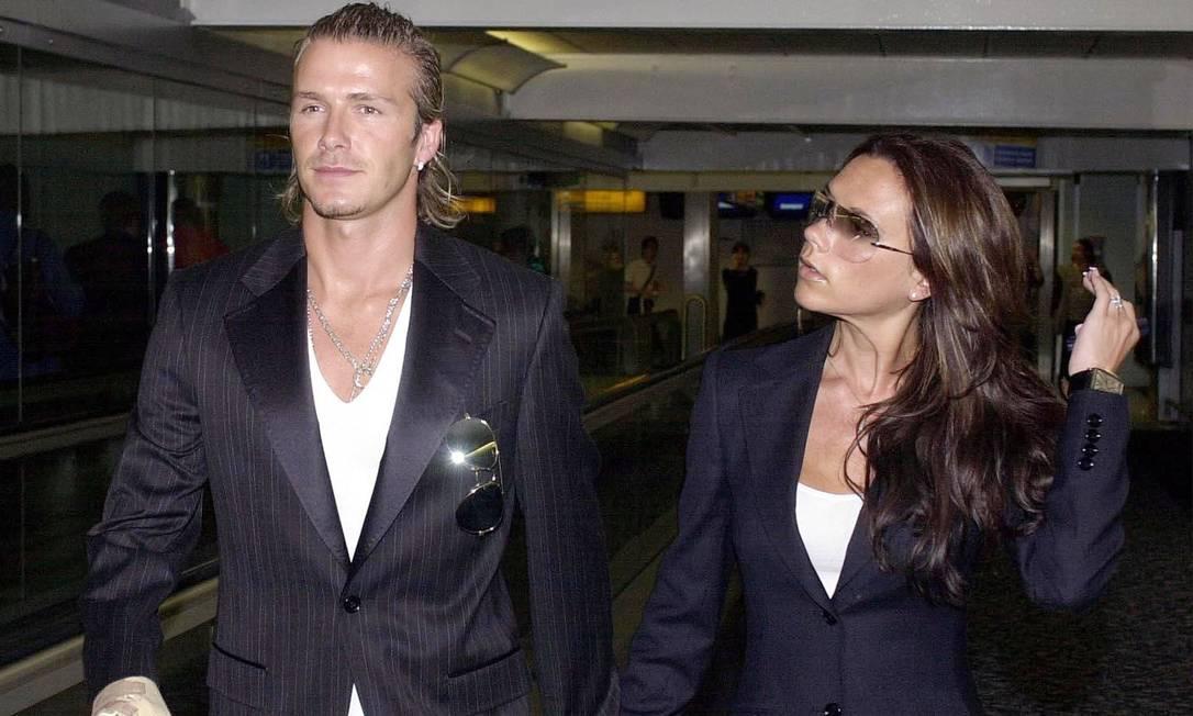 Tempos atrás, Victoria e David Beckham, um dos casais mais populares da Inglaterra, também faziam a festa dos paparazzi com roupas idênticas. Na imagem, feita em 2003, blusa branca por baixo de blazer preto era o uniforme do dia Tim Manchester / AP