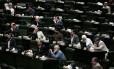 Parlamentares iranianos ouvem pronunciamento do ministro das Relações Exteriores, Mohammad Javad Zarif, sobre acordo nuclear
