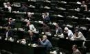 Parlamentares iranianos ouvem pronunciamento do ministro das Relações Exteriores, Mohammad Javad Zarif, sobre acordo nuclear Foto: BEHROUZ MEHRI / AFP
