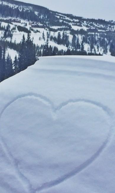 Gisele Bünchen fez uma declaração ao marido, Tom Brady e publicou a foto de um coração desenhado na neve Reprodução