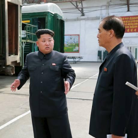 Foto divulgada pelo governo norte-coreano em 20 de julho mostra Kim Jong-un em complexo de locomotivas em Pyongyang Foto: KCNA / REUTERS