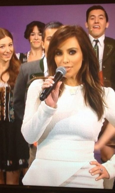 """Em sua conta no Instagram, Kim escreveu: """"Sintonizem no último programa de Jay Leno hoje à noite. Mal posso esperar por vocês ouvirem a gente cantando para ele"""" Instagram"""