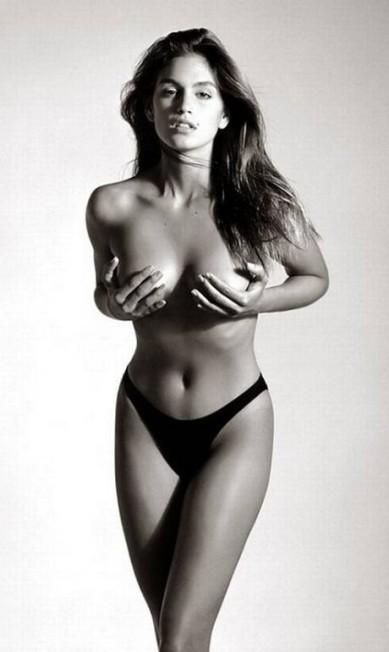 A americana Cindy Crawford fotografou para a revista americana por duas vezes. A primeira, em 1988, com apenas 22 anos, a top se despiu para as lentes de Herb Ritts Reprodução / Herb Ritts
