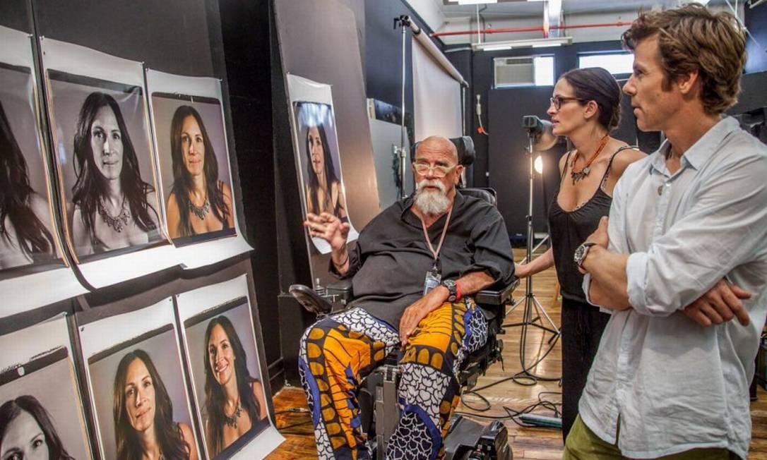 Julia Roberts, que é a capa da revista, vê o resultado de sua sessão de fotos Divulgação/Chuck Close/Vanity Fair