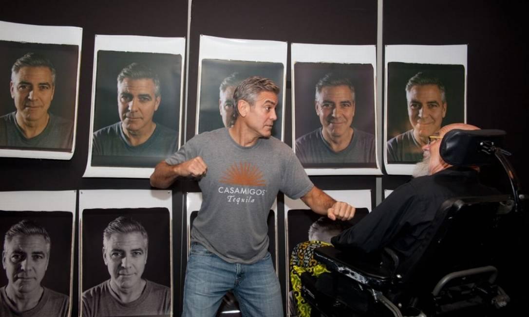 Brad Pitt não foi o único galã que topou se despir da vaidade... Pelas fotos, George Clooney se saiu muito bem, não acham? Divulgação/Chuck Close