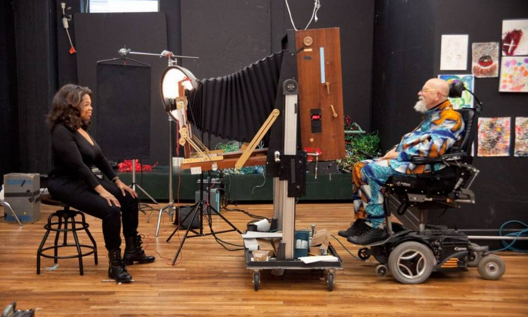 Todos os cliques foram feitos pelo prestigiado fotógrafo Chuck Close, aqui nos bastidores da sessão de Oprah Divulgação/Chuck Close