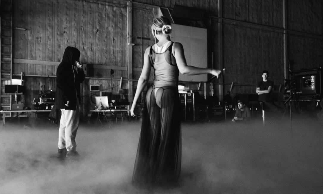 Depois de fazer, ao lado do marido, Jay-Z, uma das apresentações mais memoráveis do Grammy, Beyoncé resolveu mostrar aos fãs como foi sua preparação para o evento. Em seu Tumblr, a cantora divulgou fotos do ensaio, como esta, em que ela abusa da sensualidade em uma saia transparente Divulgação