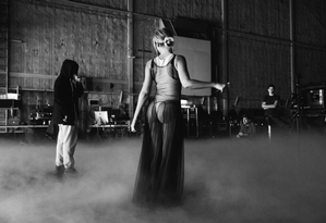 Depois de fazer, ao lado do marido, Jay-Z, uma das apresentações mais memoráveis do Grammy, Beyoncé resolveu mostrar aos fãs como foi sua preparação para o evento. Em seu Tumblr, a cantora divulgou fotos do ensaio, como esta, em que ela abusa da sensualidade em uma saia transparente Foto: Divulgação