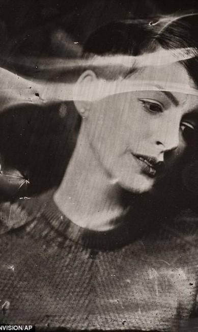 A fotógrafa Victoria Will tirou fotos de astros internacionais com uma técnica experimental dos anos 1860, quando a fotografia ainda era novidade. Na foto, a atriz Anne Hathaway © VICTORIA WILL/INVISION/AP