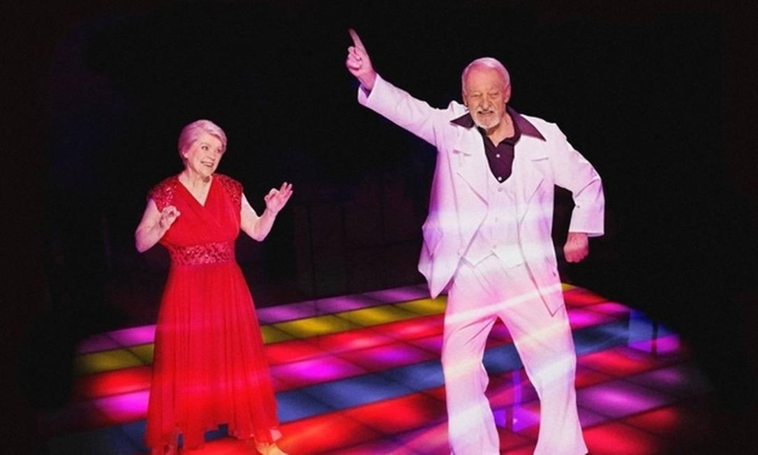 """Irmgard Alt, de 79 anos, e Siegfried Gallasch, de 87 anos dançam nos """"Embalos de Sábado à Noite"""" Divulgação"""