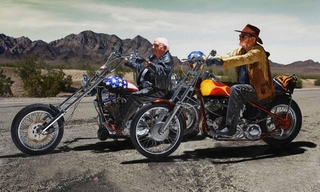 """Walter Loeser (à esquerda), de 98 anos e o mais idoso a posar para o calendário, e Kurt Neuhaus, de 90, formam a dupla de motociclistas do road movie americano de 1969 """"Sem Destino"""". Divulgação"""