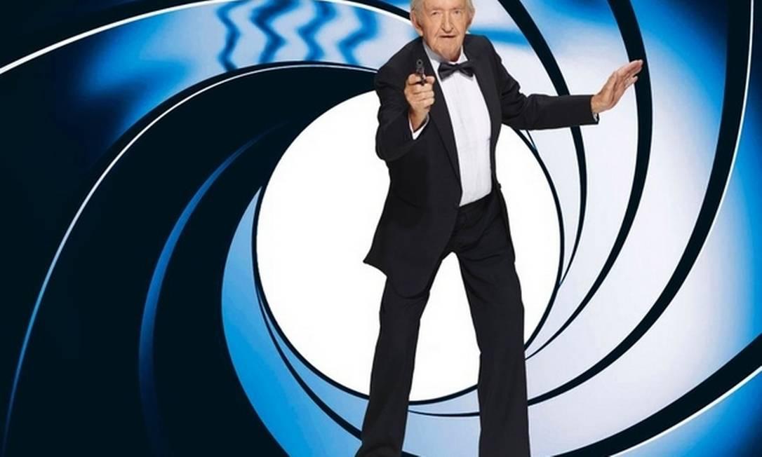 """""""Buiting, Wilhelm Buiting"""", de 89 anos, posa como o agente secreto da série """"007"""", James Bond Divulgação"""