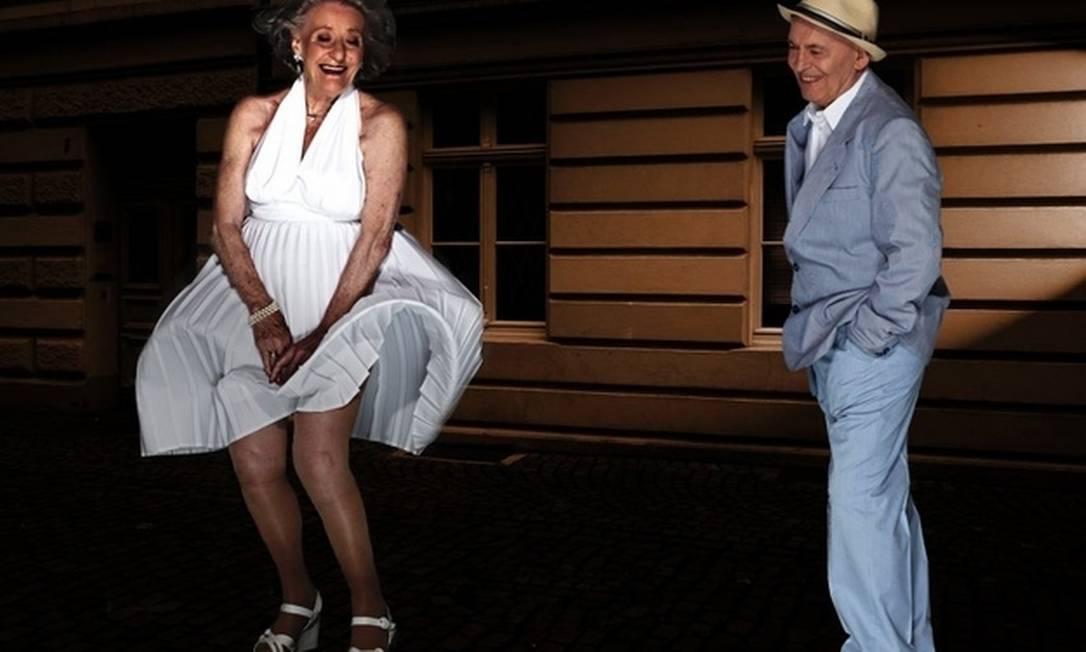 """""""O Pecado Mora ao Lado"""" - Ingeborg Giolbass, de 84 anos, incorpora toda a sensualidade de Marylin Monroe para recriar a clássica cena em que a atriz tem o vestido branco levantado pelo vento da grade do metrô. Já Erich Endlein é Tom Ewell Divulgação"""