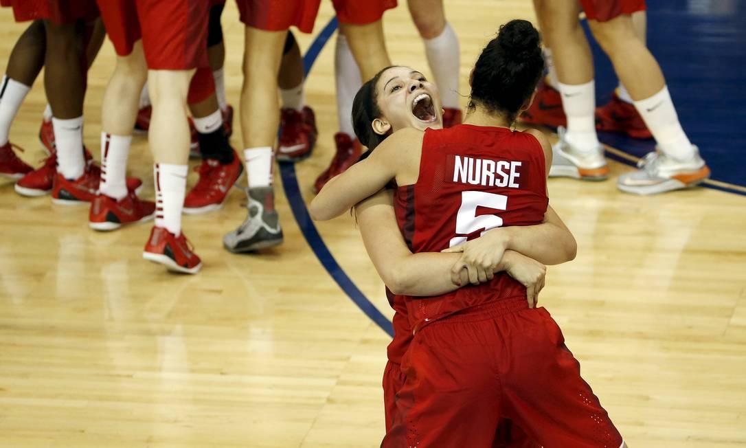 Jogadoras da equipe de basquete do Canadá comemoram a conquista da medalha de ouro, com a vitória sobre os Estados Unidos Peter Casey / USA Today Sports