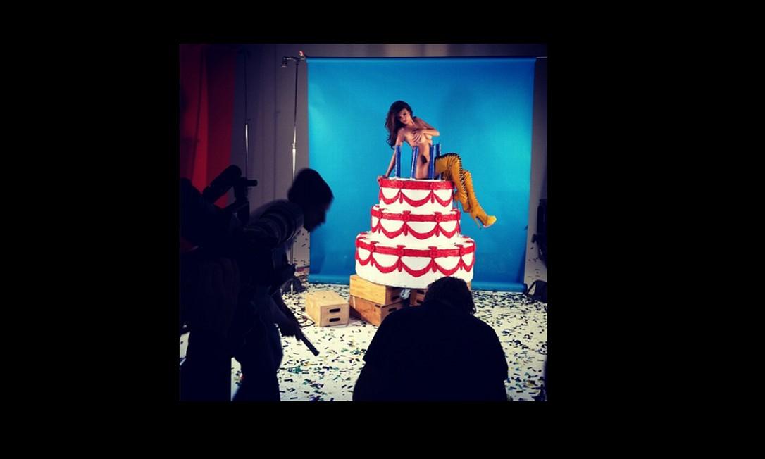 """Ela também foi a capa da """"GQ"""" turca, em que aparece nua em cima de um bolo Foto: Reprodução"""