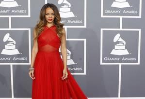 Rihanna roubou os holofotes no Grammy do ano passado em um modelo exclusivo, com transparências, de Azzedine Alaïa Foto: MARIO ANZUONI / REUTERS